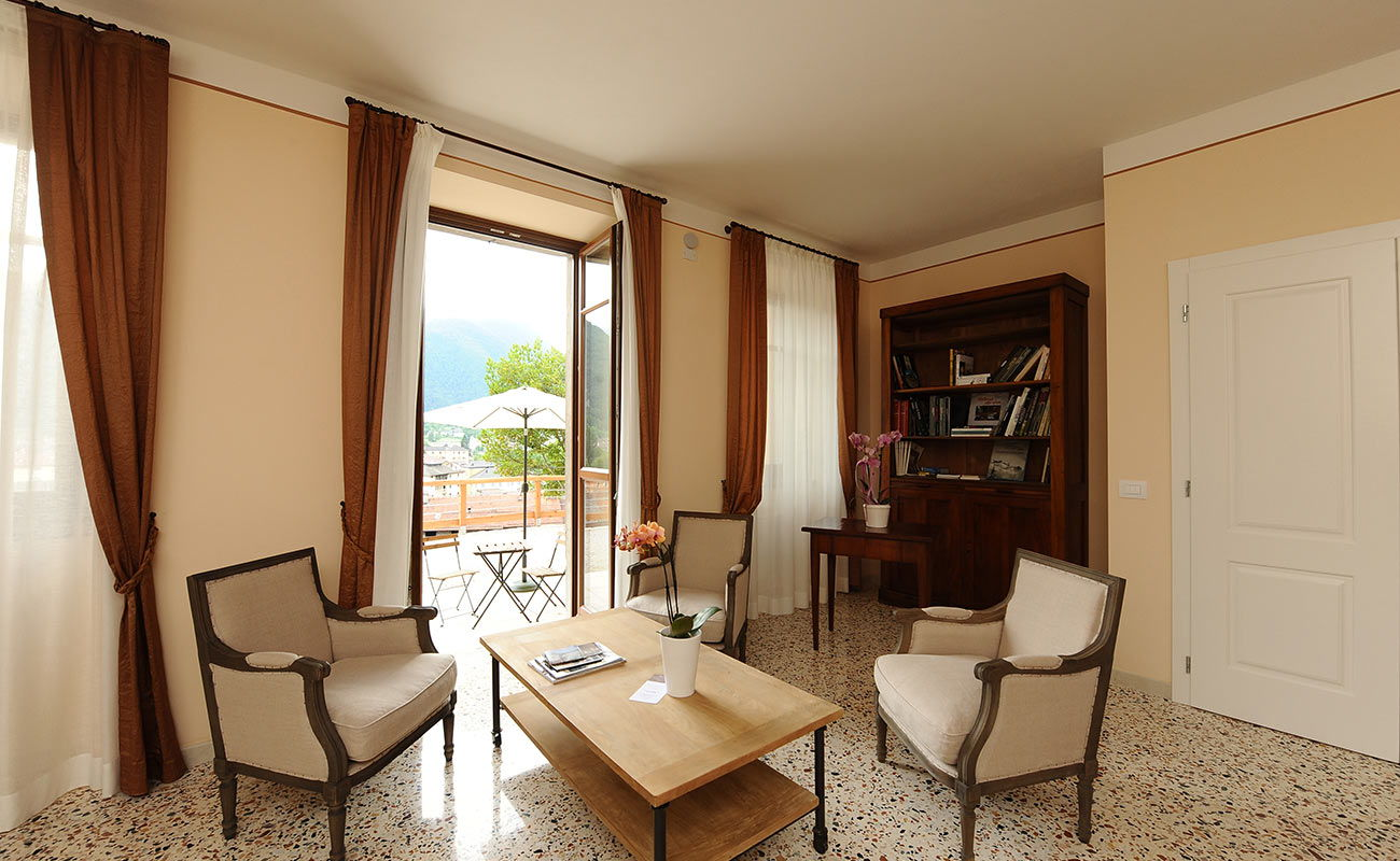 Villa degli Orti: the elegant living room with a garden view